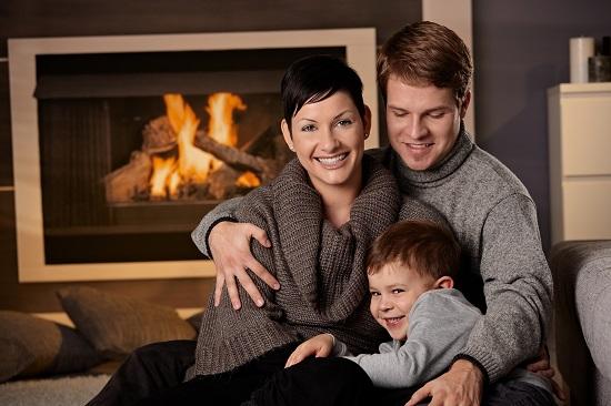 משפחה מתחממת בחורף