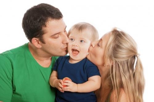 ילד עם הורים