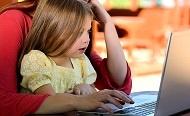 ילדה מול מחשב נייד