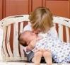 ילד מנשק תינוקת